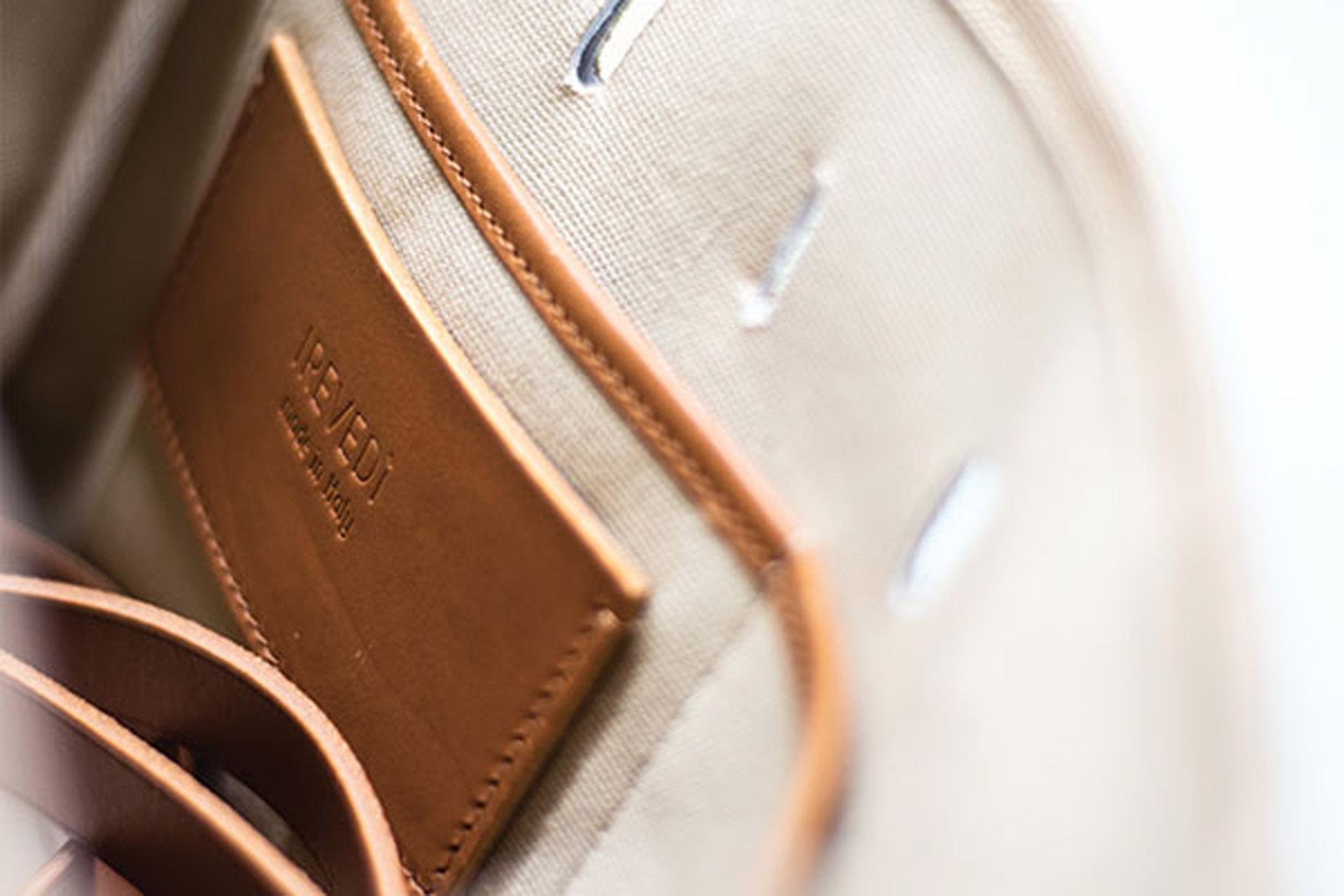 particolare borsa cucita a mano firenze